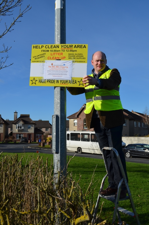 KKB Chairman David Fitzgerald erecting information sign. Copyright: Keep Kilkenny Beautiful