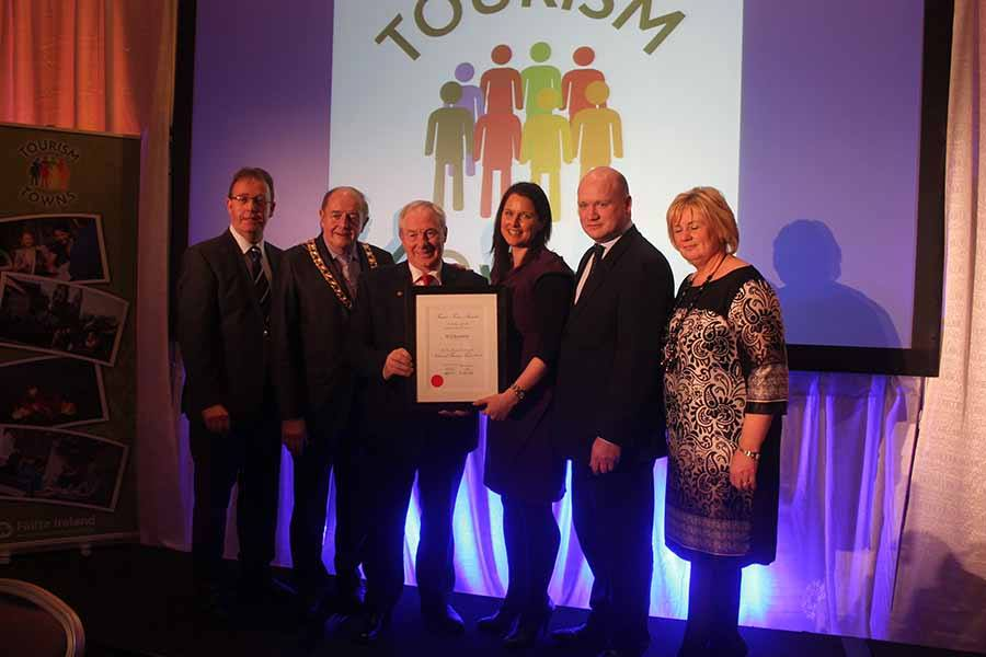 Brian Tyrrell, Martin Brett, Nora Darcy, David Fitzgerald and Amanda Horan from Kilkenny receive the overall award from Minister Michael Ring at the Fáilte Ireland tourism towns awards (Bord Failte)