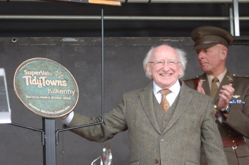 President Higgins unveils the TidyTowns plaque
